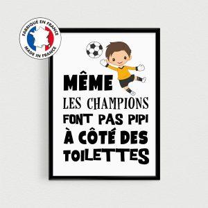 Affiche foot / football enfant - Même les champions font pas pipi à côté des toilettes , Poster citation en français pour sdb d'enfant